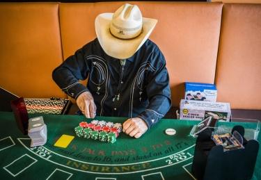 Der Country-Pionier mit seinen Original-Las-Vegas-Jetons. Foto: Christopher Mavrič