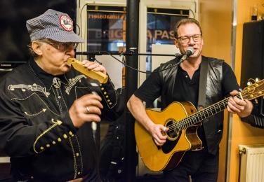 """Walter Nevada spielt die """"Train Whistle"""". In der Country-Musik ein anerkanntes Instrument. Foto: Christopher Mavrič"""